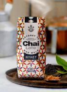 Chai latte pakning på brett i kjøkken