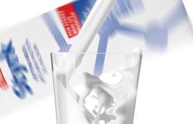 Melk som helles i glass med styrk i bakgrunnen
